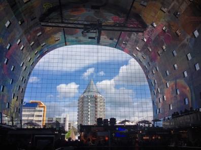 Vanuit de markthal zicht op potlood en kubuswoningen van Piet Blom